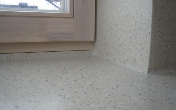 Sieninę dangą* iš tos pačios medžiagos, kaip ir stalviršis, galima jungti stačiu kampu arba švelniai suapvalinant jungimo vietą – taip bus paprasčiau valyti.